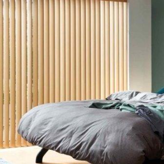 וילון ורטיקלי לחדר שינה בצבע קרם