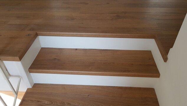 התמקדות-בפרטים-הקטנים---התקנת-פרקט-במדרגות