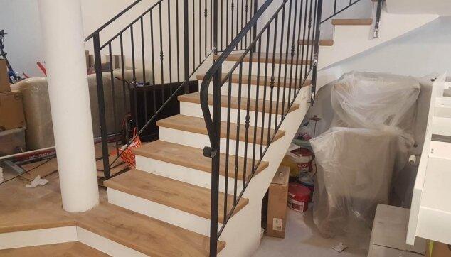 התקנת-פרקט-אלון-על-גבי-מדרגות