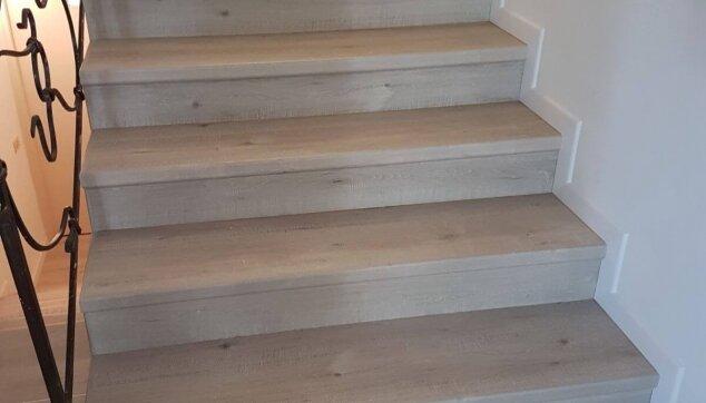 התקנת-פרקט-בבית-פרטי-על-מדרגות