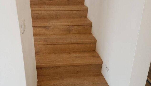 התקנת-פרקט-במדרגות-בין-שני-קירות
