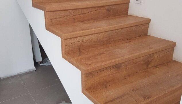 התקנת-פרקט-במדרגות-כאשר-צד-אחד-חשוף