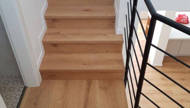 התקנת-פרקט-למיניציה-עמיד-בלחות-על-מדרגות-עם-פנל-לבן