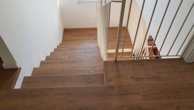 התקנת-פרקט-למינציה-בקומת-חדרים-ועל-מדרגות--מבט-מלמעלה