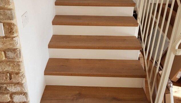 התקנת-פרקט-למינציה-על-גבי-מדרגות-מדרך-בלבד