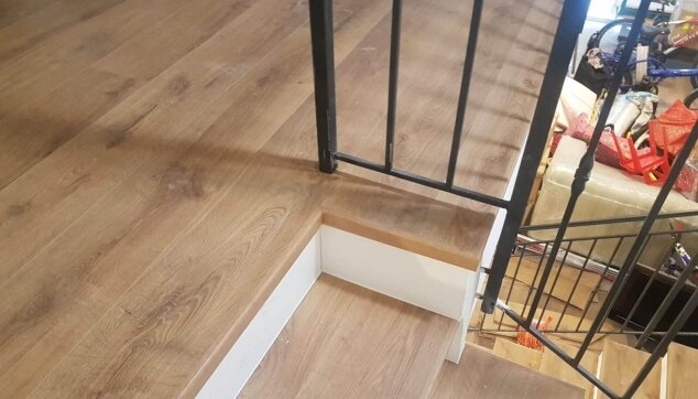 התקנת-פרקט-על-גבי-מדרגות-ושימוש-בסף-מדרגה-מושלם-לגמר
