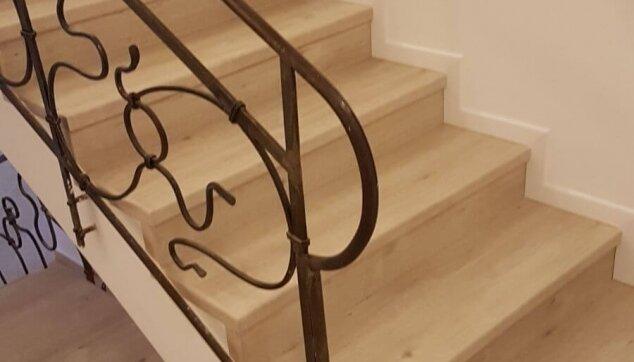 התקנת-פרקט-על-מדרגות-בצד-מעקה
