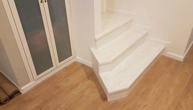 התקנת-פרקט-על-מדרגות-משולשות