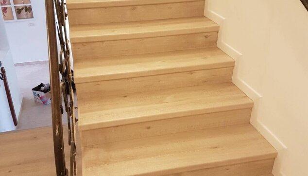 התקנת-פרקט-על-מדרגות-עם-פנל-לבן