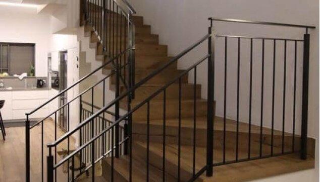 התקנת-פרקט-עץ-בבית-פרטי-כולל-מדרגות