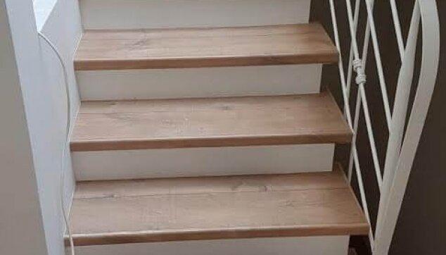 התקנת-שלח-מדרגות-מפרקט