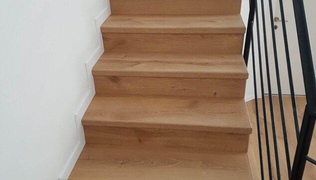 חיפוי-מושלם-של-מדרגות-פרקט-רום-ושלח-כולל-סף-אורגינל-ופנל-לבן-צמוד-לקיר