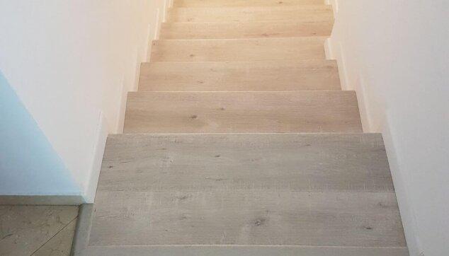 מדרגות-בין-קירות-בחיפוי-פרקט
