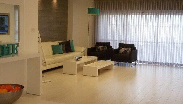 פרקט למינציה בהיר בדירת מגורים