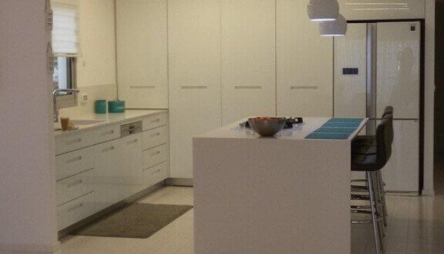 פרקט למינציה בהיר במטבח