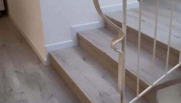 פרקט למינציה בקומת כניסה כולל חיפוי מדרגות