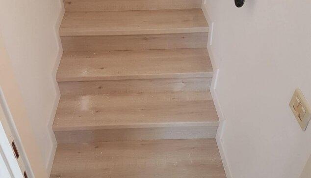 פרקט-על-גבי-מדרגות-בין-שתי-קירות