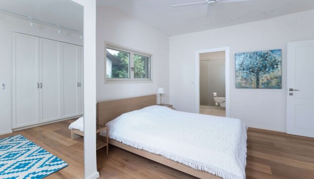 פרקט עץ אלון טבעי מעושן בחדר שינה- ענבל יפה עיצוב פנים