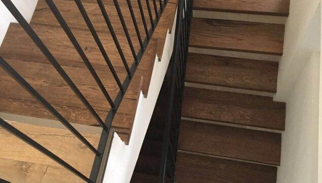 פרקט-עץ-במדרגות-אשר-מתחבר-לפרקט-למינציה-בקומת-חדרים
