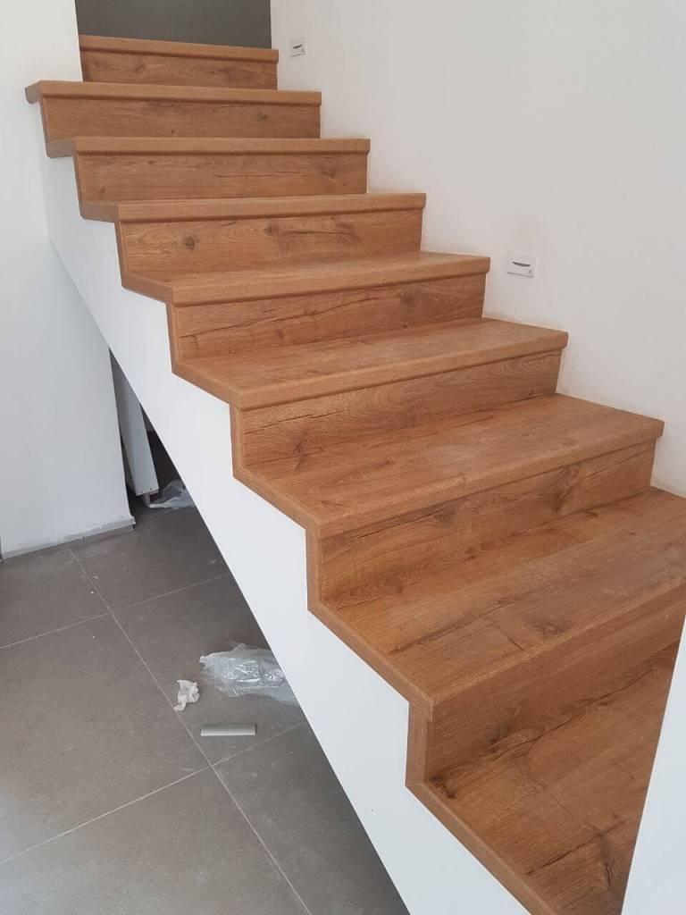 התקנת פרקט במדרגות כאשר צד אחד חשוף