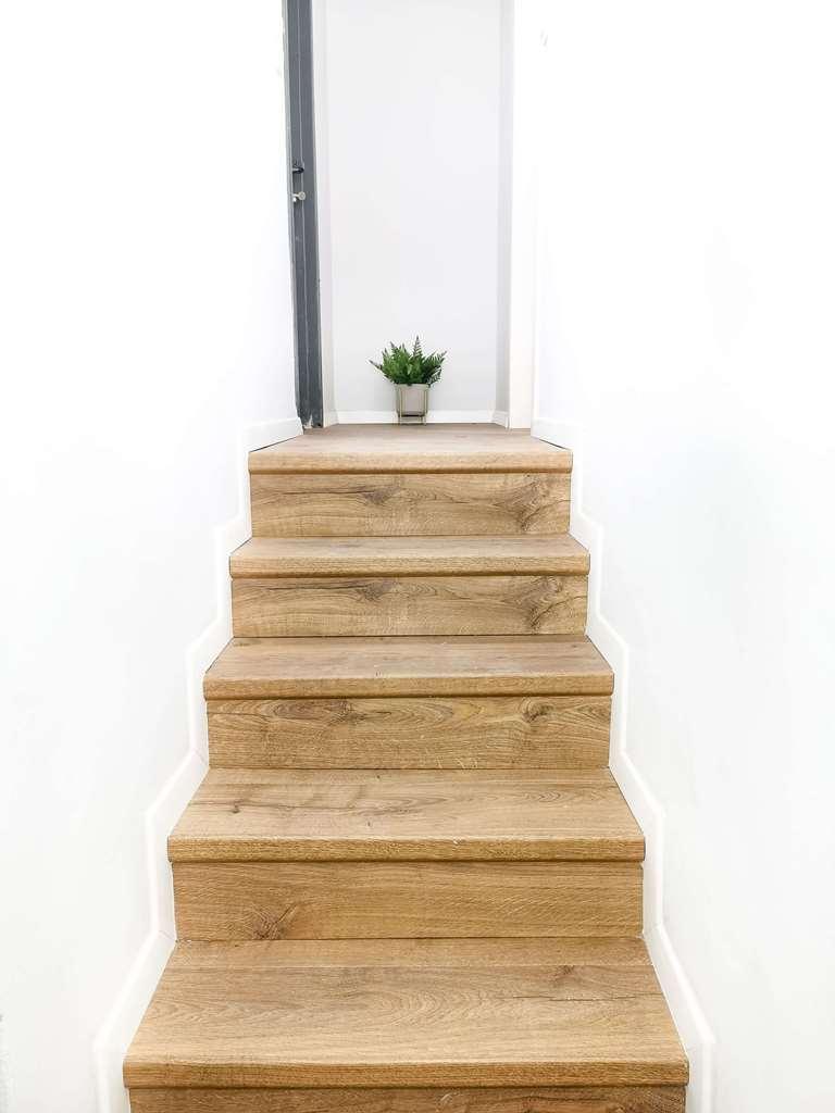 התקנת פרקט למינציה על גבי גרם מדרגות בעיצובה של idit efrat abisdris