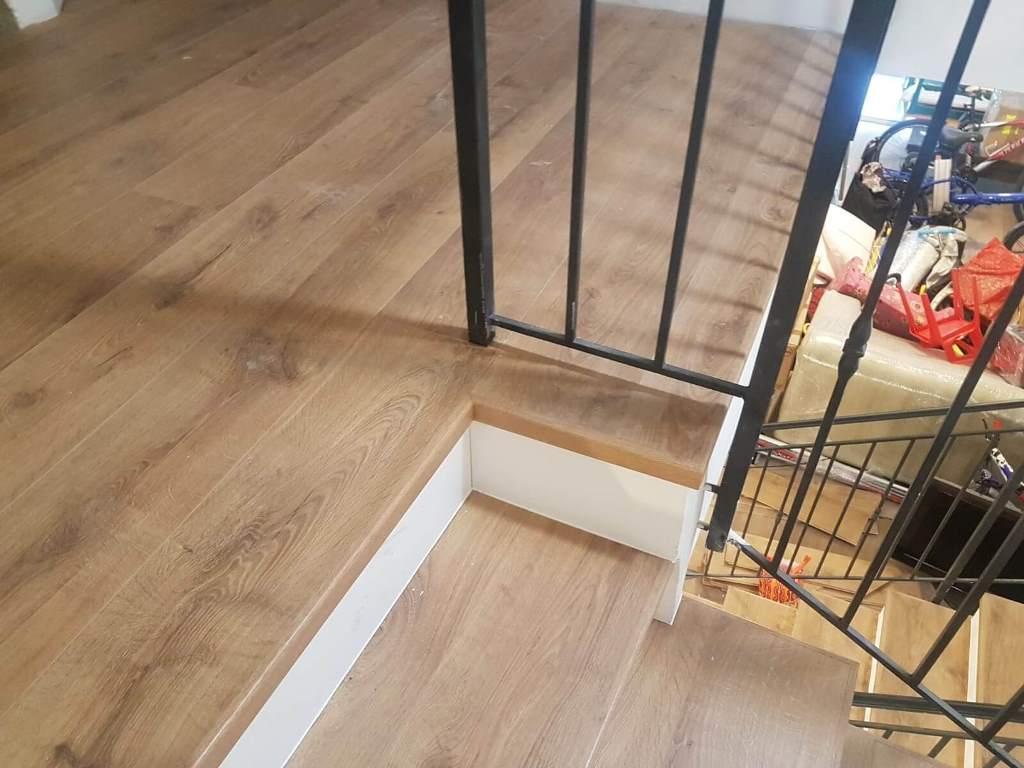 התקנת פרקט על גבי מדרגות ושימוש בסף מדרגה מושלם לגמר