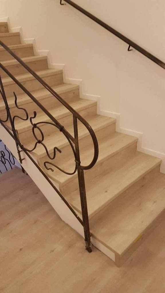 התקנת פרקט על מדרגות בצד מעקה