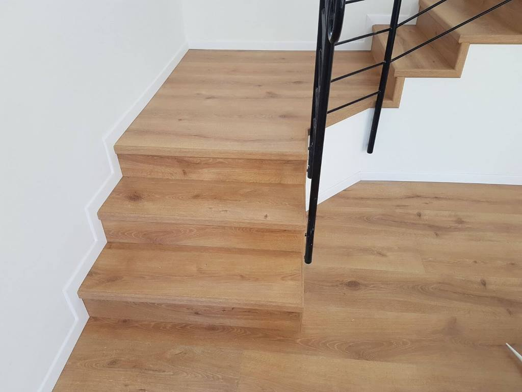חיפוי מדרגות חשופות בפרקט למינציה עם סף גמר בצבע הפרקט