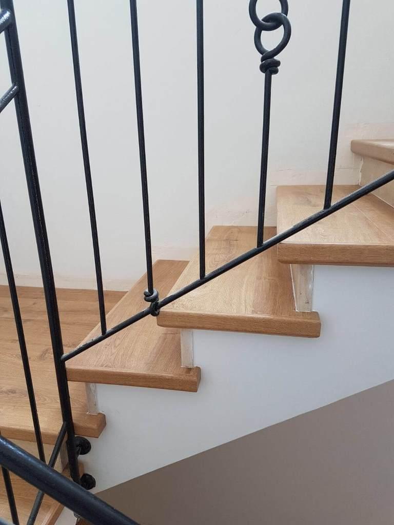 חיפוי מדרגות סביב מעקה קיים