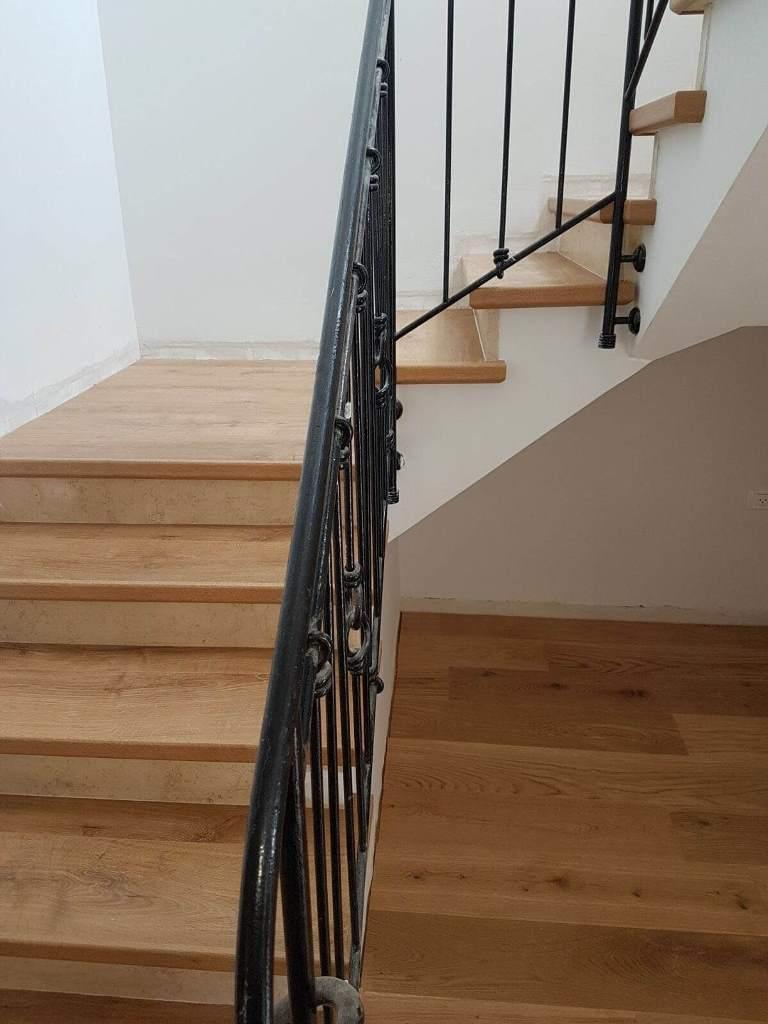 חיפור מדרגות בפרקט למינציה