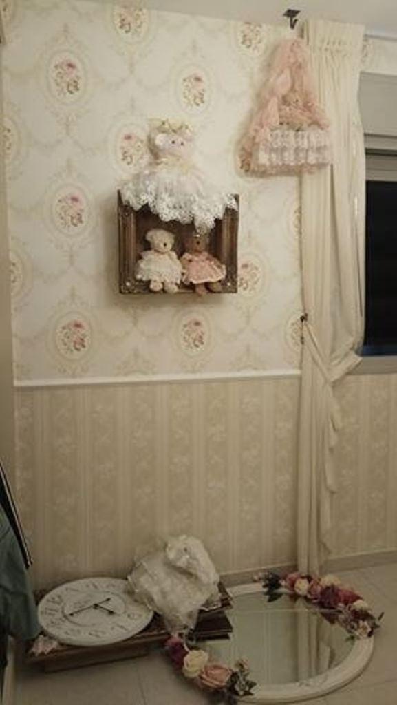 טפט וינטג עם קרניז באמצע הקיר