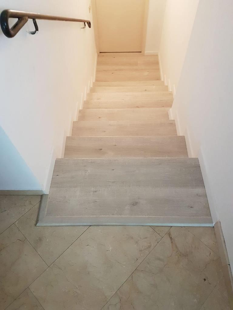 מדרגות בין קירות בחיפוי פרקט