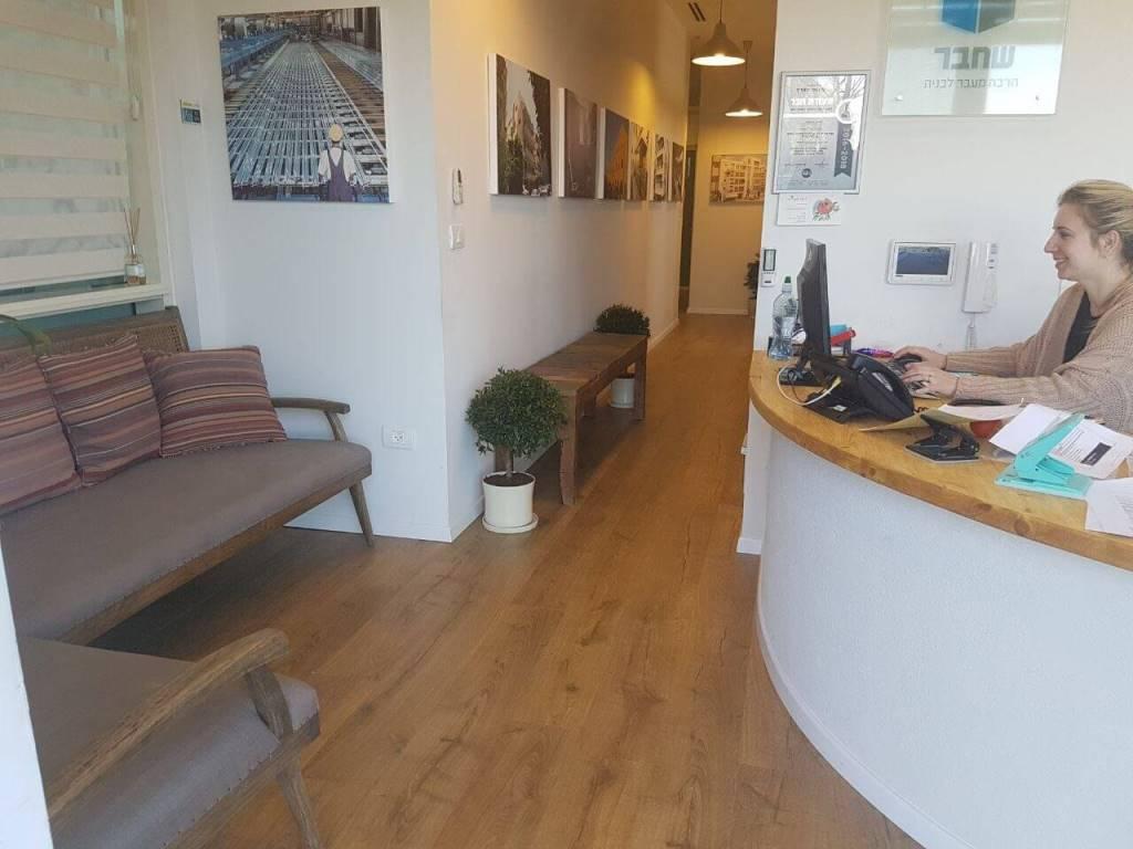 פרקט למינציה עמיד בלחות במשרדים של חברת שחבר חברה לבניה