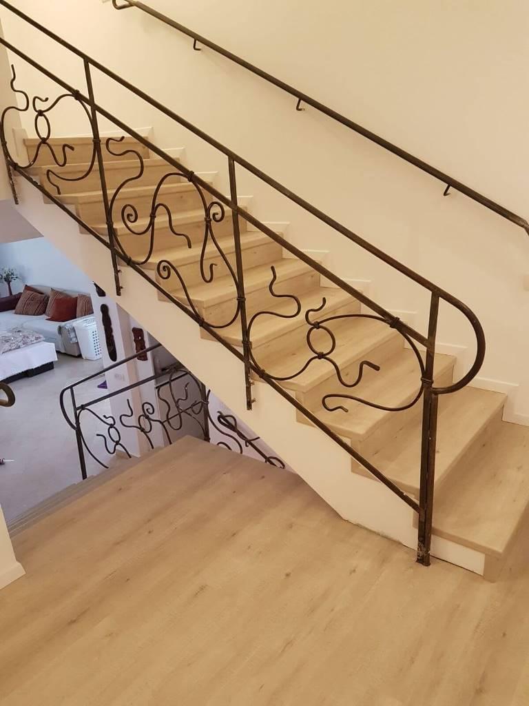 פרקט למינציה עמיד בלחות בקומת חדרים וגרם מדרגות