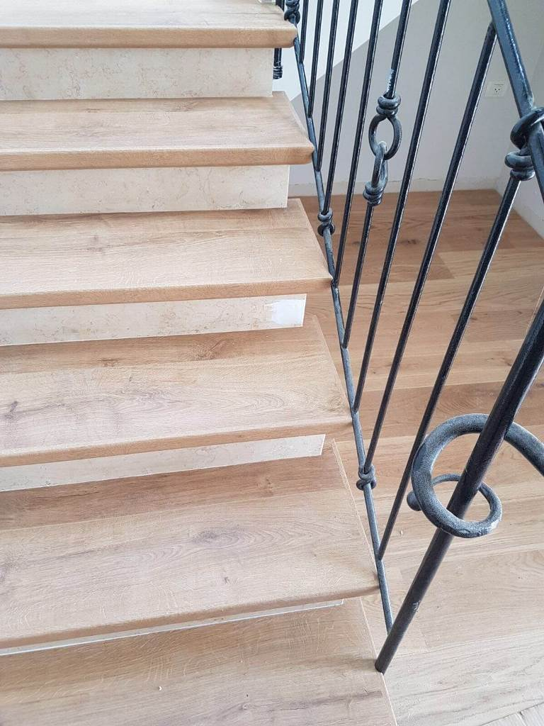 פרקט עץ תלת שכבתי ומדרגות מפרקט למינציה בהתאמה מושלמת