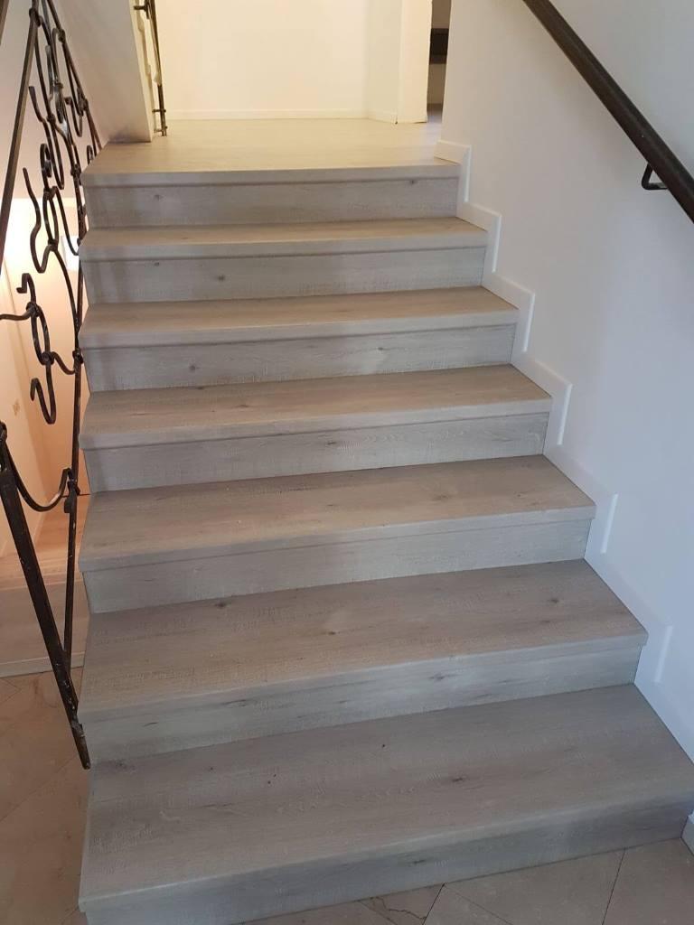 התקנת פרקט בבית פרטי על מדרגות