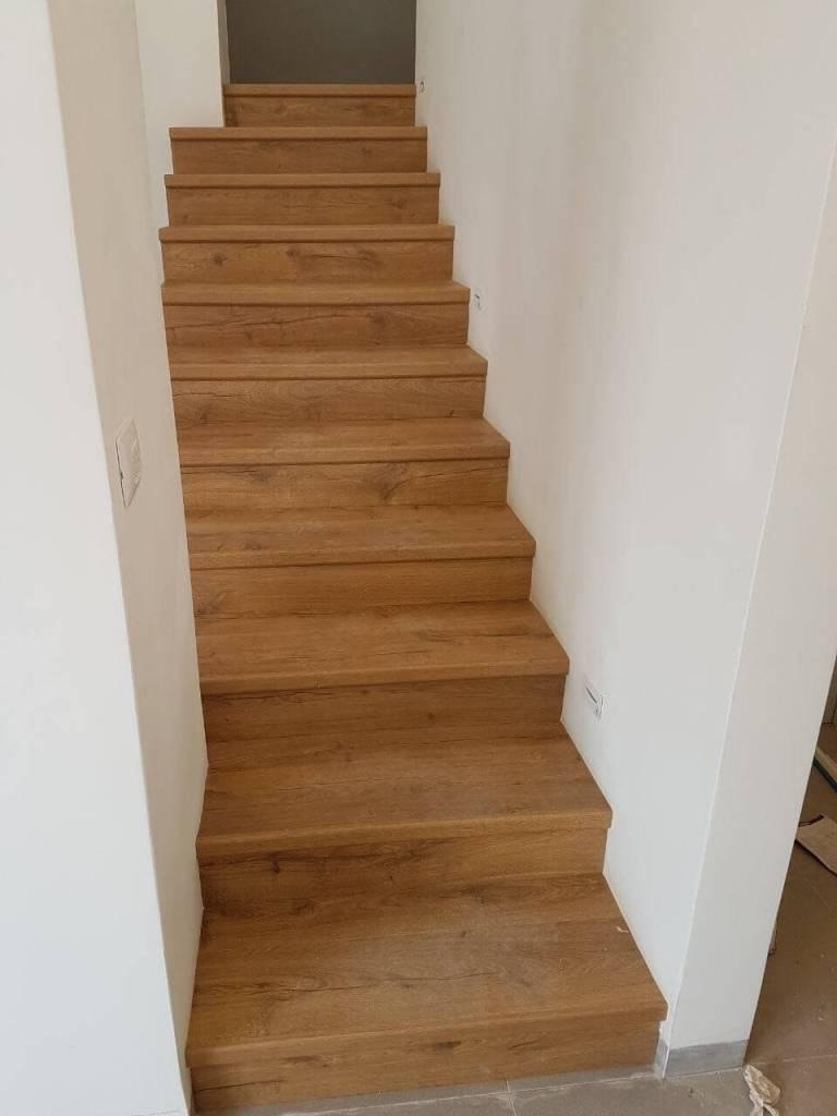 התקנת פרקט במדרגות בין שני קירות