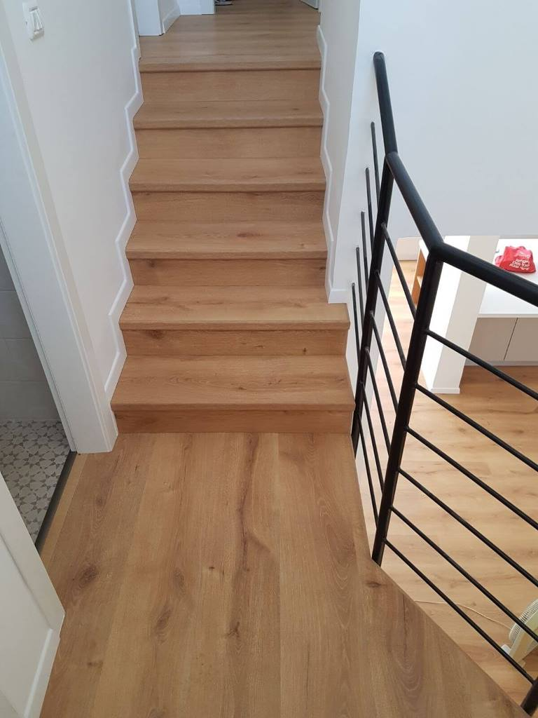 התקנת פרקט למיניציה עמיד בלחות על מדרגות עם פנל לבן