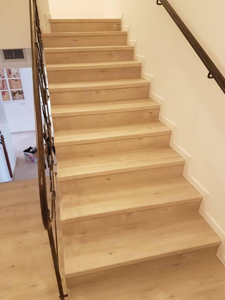 התקנת פרקט על מדרגות עם פנל לבן
