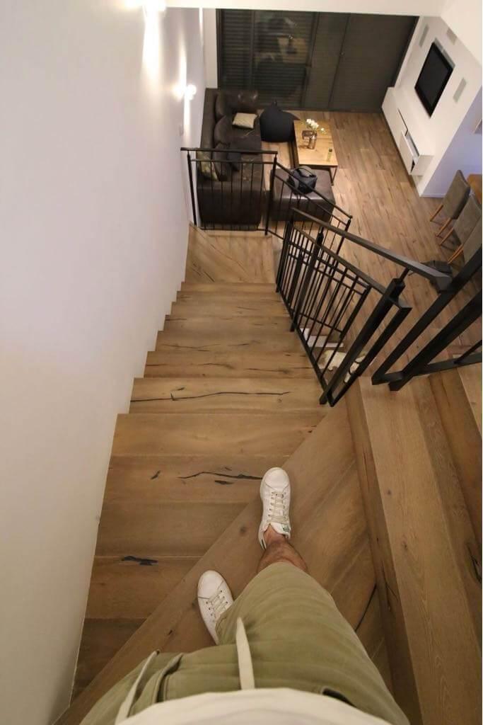 חיפוי מדרגות בפרקט עץ אלון