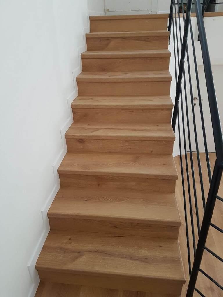 חיפוי מושלם של מדרגות פרקט רום ושלח כולל סף אורגינל ופנל לבן צמוד לקיר