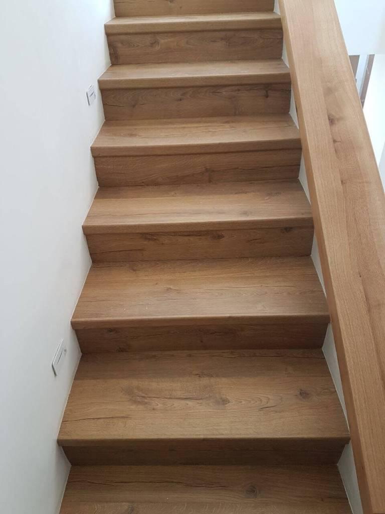 מדרגות בפרקט עם סף מדרגה אורגינל
