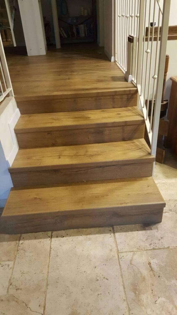מדרגות מושלמות מפרקט למינציה שממשיך לקומת חדרים