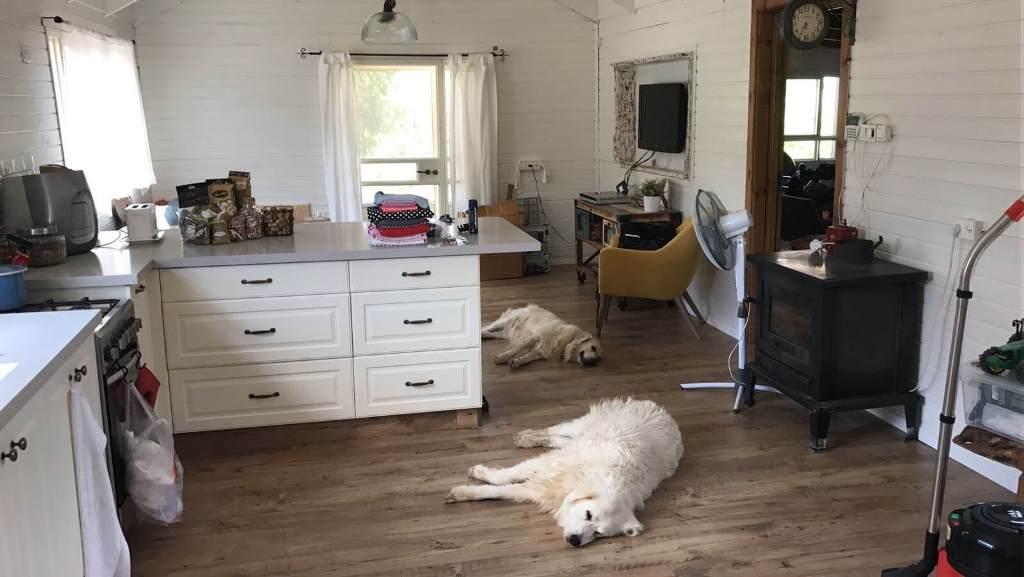 פרקט למינציה בבית מגורים למראה כפרי וחמים