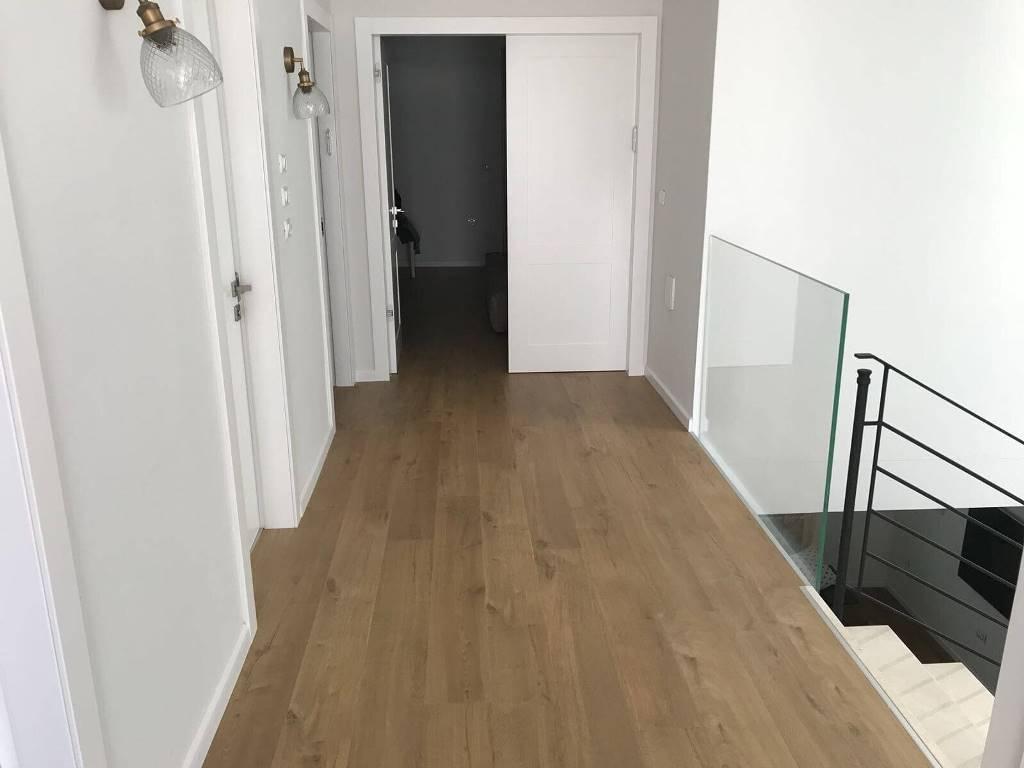 פרקט למינציה עמיד בלחות בקומת חדרים