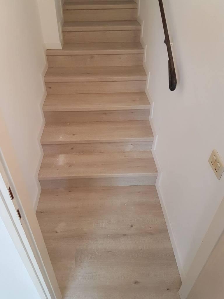 פרקט על גבי מדרגות בין שתי קירות