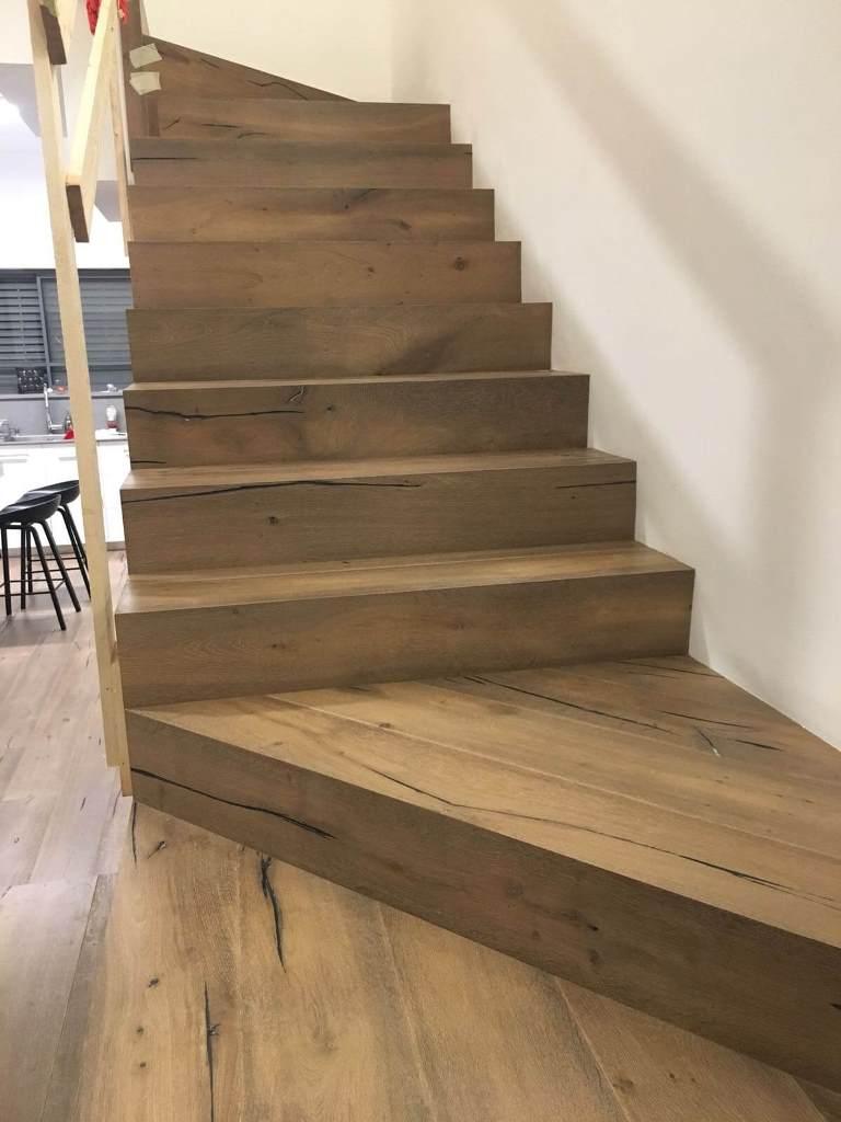 פרקט עץ אלון מבוקע מעושן על גבי מדרגות