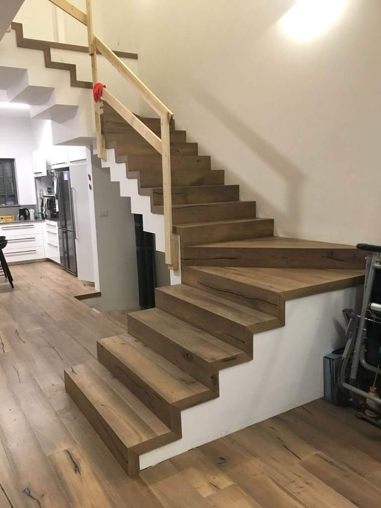 פרקט עץ אלון תלת שכבתי מקובע בקומת מגורים ומדרגות
