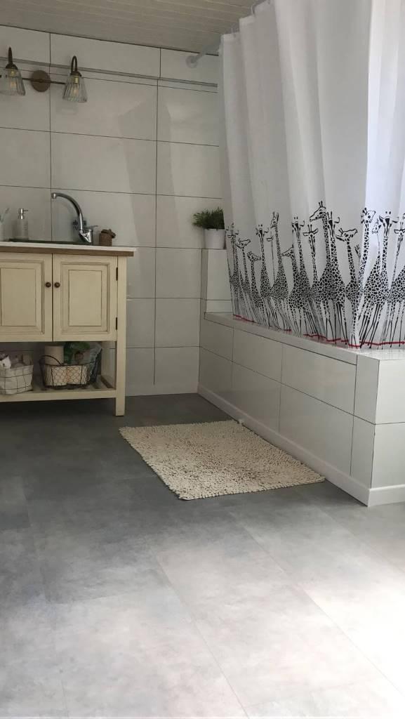פרקט פולימרי באמבטיה דמוי בטון אפור