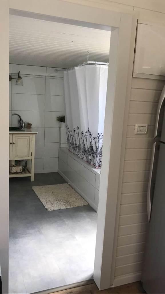 פרקט פולימרי דמוי בטון בחדר רחצה